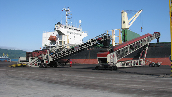 mobile-truck-unloader-feeding-radial-telescopic-loading-coal-to-handmax-vessel1