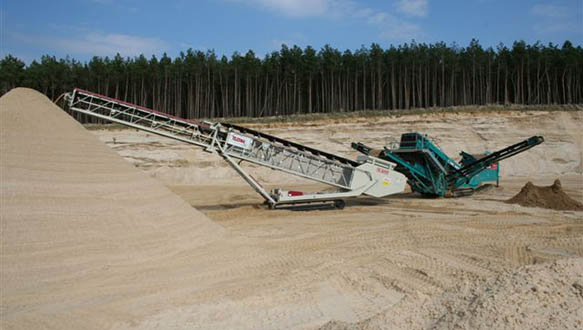 ts-624-stockpiling-sand-from-powerscreen-cheiftain