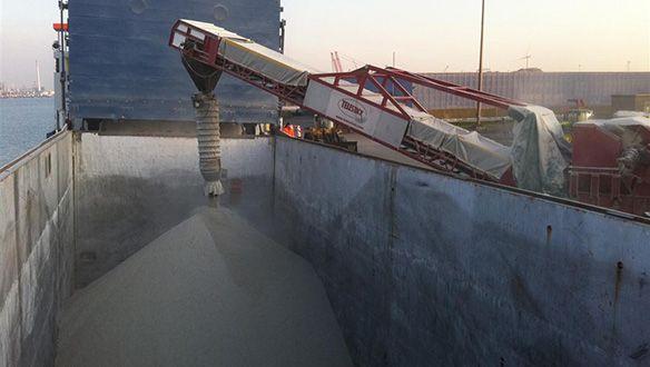 telescopic-chute-on-truck-unloader-loading-coaster-vessel
