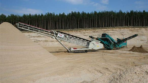 ts-624-stockpiling-sand-from-powerscreen-cheiftain