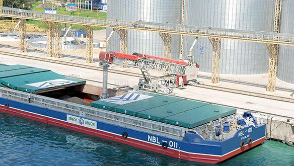 ts-rail-mounted-radial-telescopic-loading-a-barge